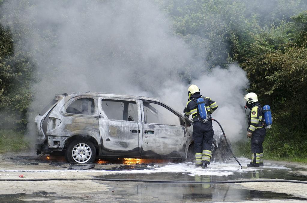 De uitgebrande auto in Marum