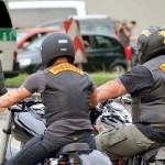 Een politiemacht houdt de Bandidos op afstand