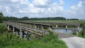 Aan de peilers van deze brug bleef de Edon-sporttas haken