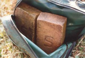 De met stenen verzwaarde Edon-tas